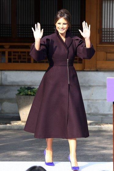 미국 대통령 도널드 트럼프의 부인 멜라니아 트럼프 여사가 7일 오후 서울 중구 주한미국대사관저에서 열린 '걸스 플레이2(Girls Play2)' 행사에 참석하고 있다. [뉴스1]