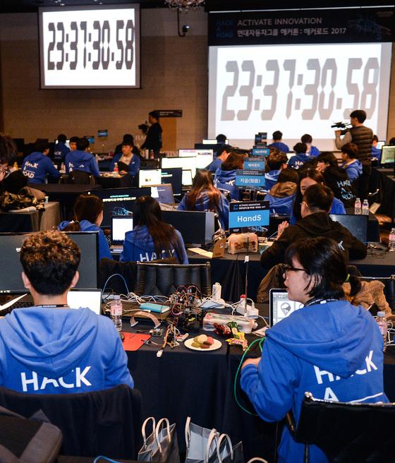 현대차그룹이 주최하는 '해커로드' 대회 본선이 8일 오전 11시 시작됐다. 참가자들은 9일 오전 11시까지 24시간 동안 자신들이 낸 아이디어로 서비스 개발 프로젝트를 완료해야 한다. [사진 현대차그룹]