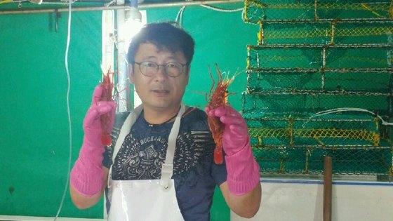경북 울릉군에서 17년째 독도새우를 잡아 판매하고 있는 천금수산 박종현 대표가 양손에 독도새우를 들어 보이고 있다. [사진 박종현]
