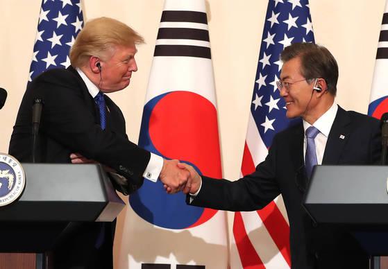 문재인 대통령과 도널드 트럼프 미국 대통령이 청와대에서 열린 공동기자회견에서 악수하고 있다. [연합뉴스]