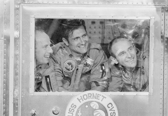 동료 우주비행사인 찰스 콘래드(왼쪽)와 앨런 빈(오른쪽)과 함께 있는 리처드 고든(가운데). [사진 NASA]