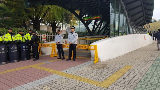지하철 9호선 국회의사당역 1번(정문 방향), 6번(국회도서관 방향) 출구가 통제돼 있다. 김록환 기자