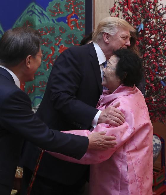위안부 피해자 할머니 포옹한 트럼프