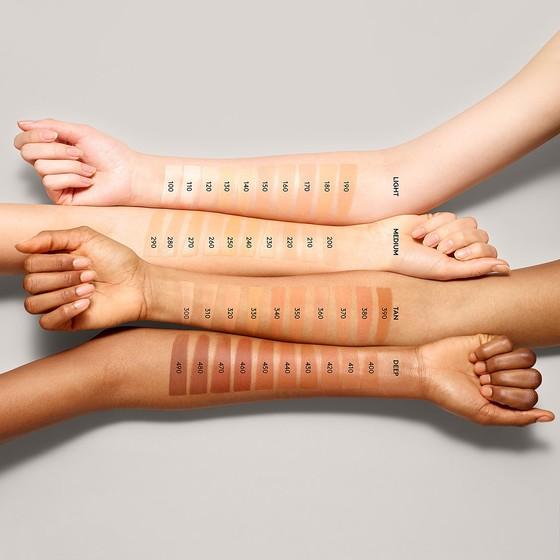 다양한 피부색에 적합한 파운데이션을 공급하기 위해 40가지 컬러의 상품을 낸 '펜티 뷰티 바이 리한나'의 제품 시연 사진. [사진 펜티 뷰티 바이 리한나 홈페이지]