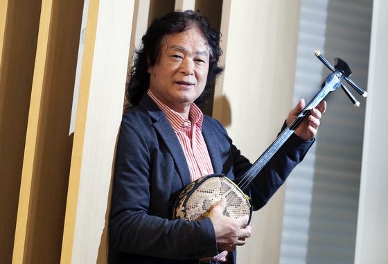 키나 쇼키치가 7일 비단뱀껍질로 만든 오키나와 전통악기 산신을 들고 포즈를 취했다. [최승식 기자]
