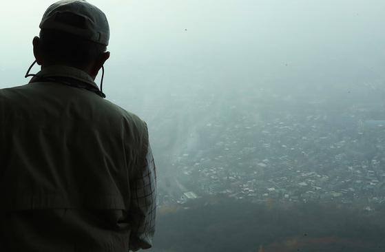 중국발 황사의 영향으로 미세먼지 농도가 나쁨을 나타낸 8일 서울 도심이 뿌옇다. 우상조 기자