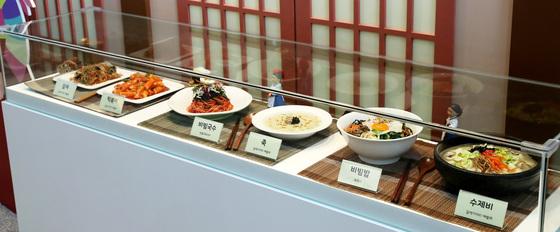 식용곤충을 활용한 각종 요리 모형. 장진영 기자