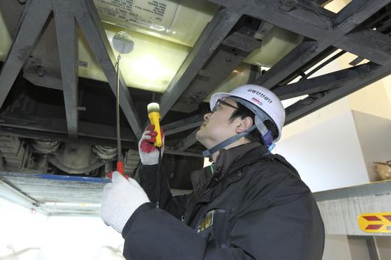 교통안전공단의 점검원이 주행장치,제동장치,등화장치 등을 꼼꼼히 점검하고 있다. [사진 교통안전공단]
