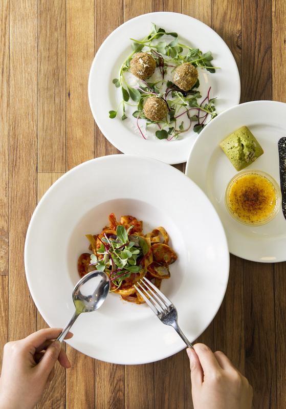 빠삐용의 키친에서 맛볼 수 있는 라이스 크로켓, 피낭시에, 토마토 파스타(위에서부터). 장진영 기자