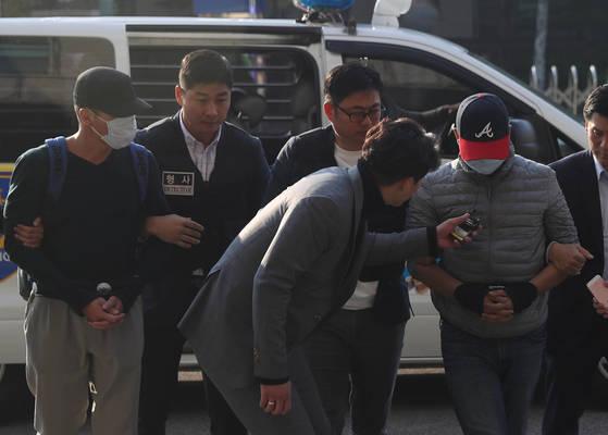 '돈을 노리고 미성년자를 해외로 납치한 혐의(특정범죄가중처벌법상 약취·유인)로 인도네시아 현지에서 붙잡힌 B(40)씨와 처남 S(38)씨 등 2명이 4일 오전 국내로 송환, 수서경찰서로 들어서고 있다.    경찰에 따르면 이들은 지난달 24일 10세 딸의 친구인 미성년자 K(10)군을 가족여행에 초대한다고 속여 해외로 유인한 뒤 부모에게 몸값을 요구, 1억 5천만원을 뜯어낸 혐의를 받는다. [연합뉴스]
