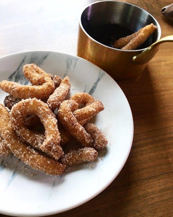 갓 튀겨낸 추로스만큼 유혹적인 간식이 있을까? 달콤한 설탕과 입맛 돗우는 시나몬 가루를 입은 추로스 만드는 법, 생각보다 간단하다. 유지연 기자