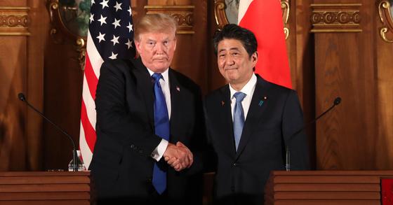 도널드 트럼프 미국 대통령이 6일 도쿄 아카사카궁에서 아베 신조 일본 총리와 정상회담을 마친 후 공동 기자회견을 가지며 악수하고 있다. [AP=연합뉴스]
