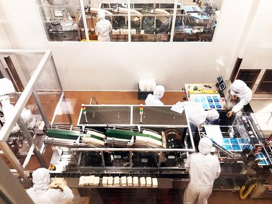 일반 관람객이 작업 과정을 지켜보게끔 설계된 제약회사 한독의 공장. [양보라 기자]