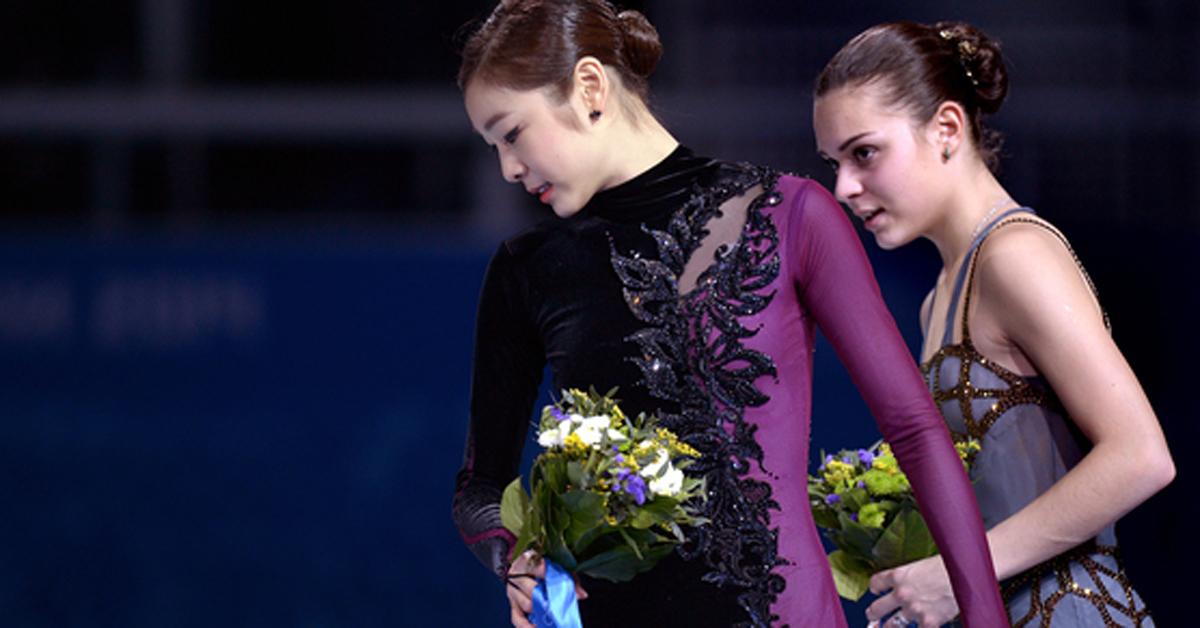 러시아 소치 해안클러스터 아이스버그 스케이팅 팰리스에서 열린 여자 피겨스케이팅 싱글 프리 프로그램에서 은메달을 차지한 피겨 국가대표 김연아가 플라워 세리머니를 마치고 시상대를 내려오고 있다. 오른쪽은 금메달을 차지한 러시아 아델리나 소트니코바. 2014.02.21.[뉴시스]