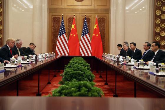 도널드 트럼프 미국 대통령과 리커창 중국 총리가 참석한 가운데 9일 베이징 인민대회당에서 미·중 확대 정상회담을 열고 있다. [베이징 AP=연합뉴스]