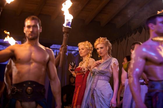 로마 시대 검투사의 이야기를 다룬 미국드라마 '스파르타쿠스'의 한 장면. 드라마에 묘사된 로마는 향락과 사치에 빠진 시민들로 가득 차 있다. [OCN ]