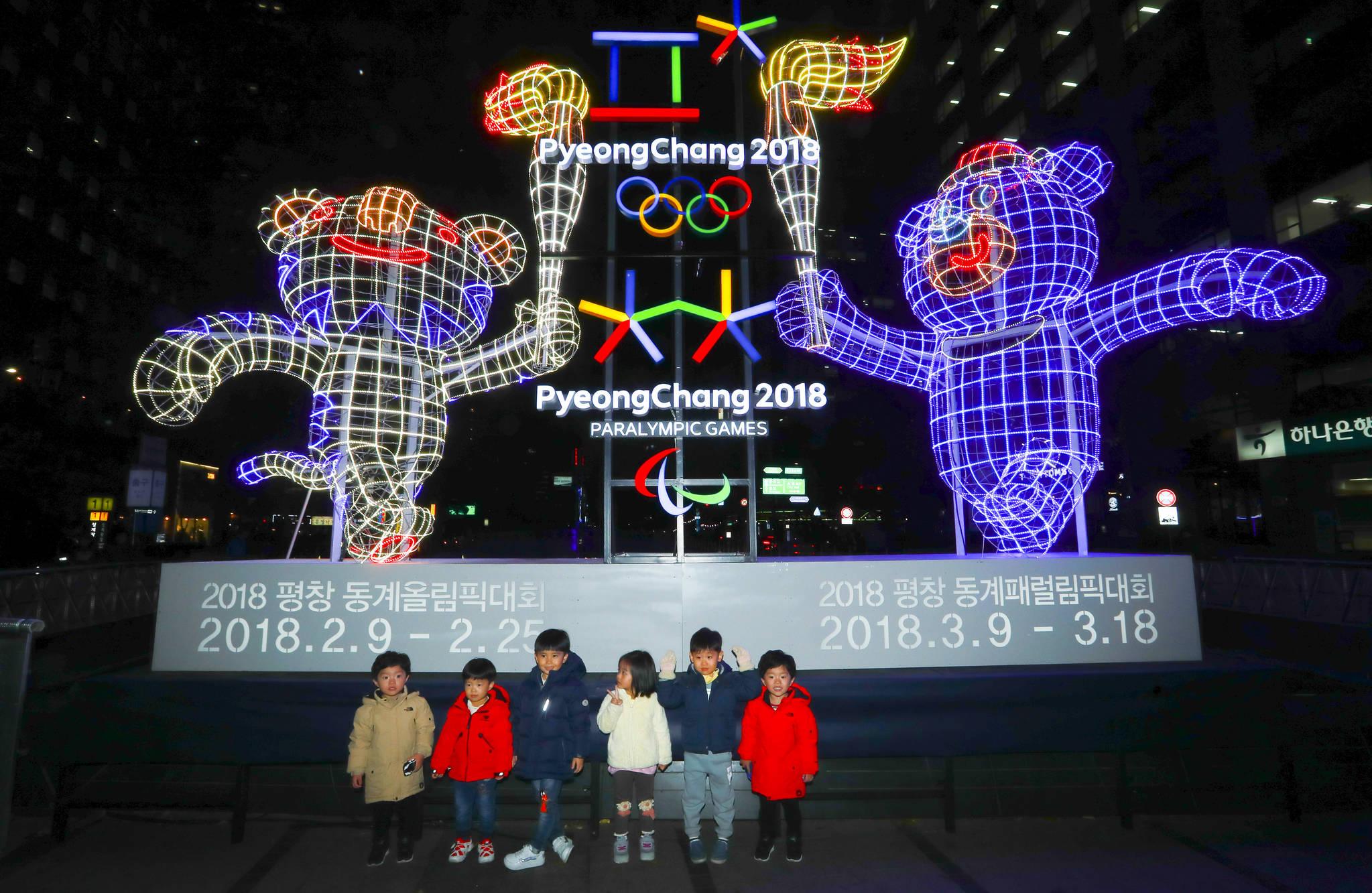 부모님과 나들이 나온 어린이들이 9일 서울 청계광장에 설치된 2018 평창 동계올림픽 마스코트 앞에서 기념사진을 촬영하고 있다. 임현동 기자