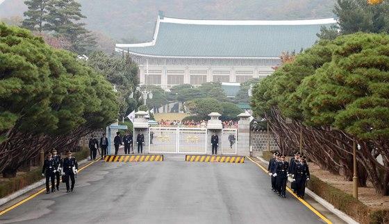 청와대 정문에서 경호 경찰들이 교대를 하고 있다. [중앙포토]
