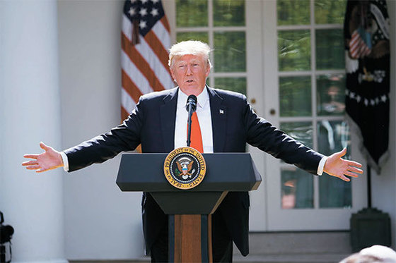 """지난 6월 미국 백악관 로즈가든에서 파리기후변화협약 탈퇴를 발표 중인 도널드 트럼프 대통령. 그는 '협약은 미국에 불이익을 가져다준다""""고 주장했다. [AP=연합뉴스]"""