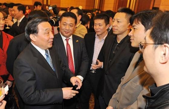 중국 언론계 관계자들과 대화하는 왕천(좌) [사진 CNTV)