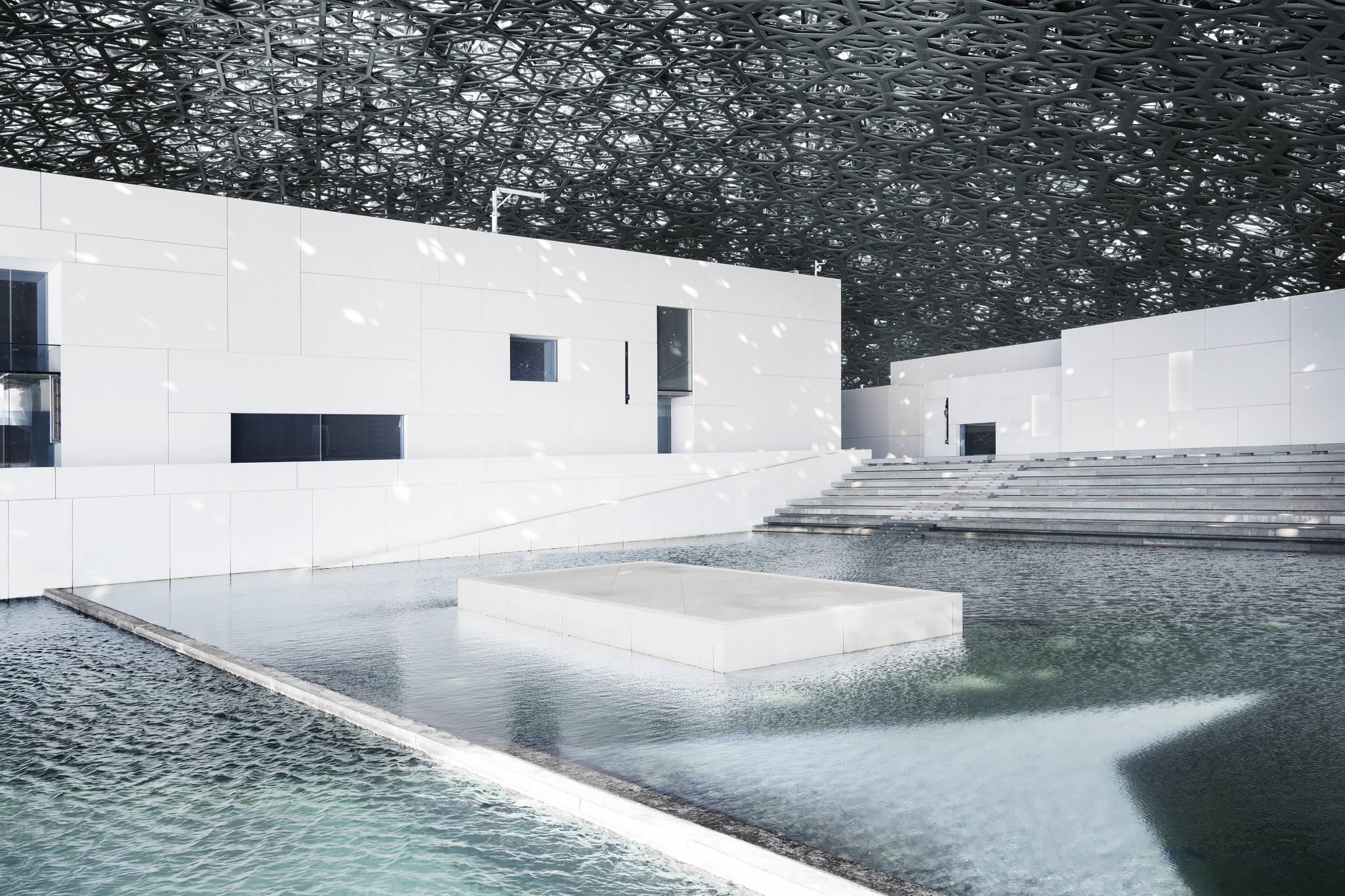 루브르 아부다비의 상징인 돔형 천장을 통해 실내로 빛이 쏟아져 들어오고 있다. [루브르 아부다비]