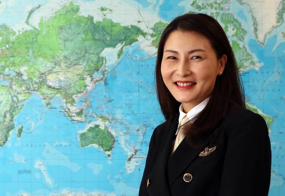 한국 최초 A380 여성 기장인 황연정씨가 세계지도를 배경으로 포즈를 취했다. 최정동 기자