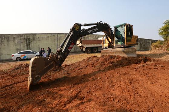 옛 광주교도소 북쪽 담장 주변에서 5·18기념재단이 투입한 중장비가 겉흙층을 걷어내는 땅파기 작업을 하고 있다. 연합뉴스