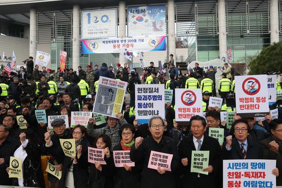 같은 시간 전달식이 진행되는 장소 앞에서 진보단체 회원들이 동상 건립을 반대하는 시위를 하고 있다. 김춘식 기자