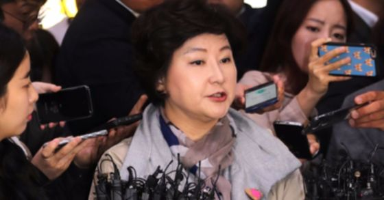 고(故) 김광석씨의 부인 서해순씨가 12일 서울경찰청에서 조사를 받기 전 취재진 질문에 답하고 있다. 최승식 기자