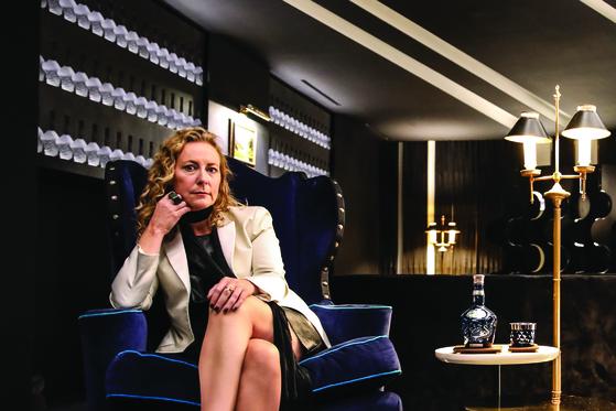 샐리 맥케레스가 자신이 디자인 한 로얄 살루트 위스키 라운지에서 인터뷰하고 있다. [사진 로얄 살루트]