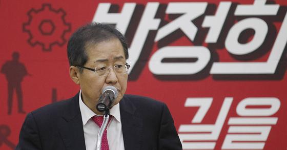 자유한국당 홍준표 대표가 11월 10일 오후 대구 엑스코에서 열린 '박정희 전 대통령 탄생 100돌 기념 토크콘서트'에 참석해 축사하고 있다. [프리랜서 공정식]