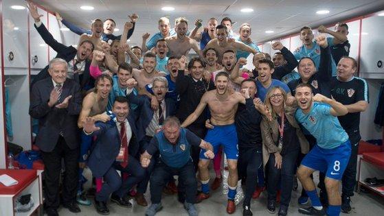 크로아티아 축구대표팀 선수들이 13일 러시아 월드컵 본선행을 확정한 뒤 라커룸에서 기념 단체사진을 찍고 있다. [사진 크로아티아 축구협회]