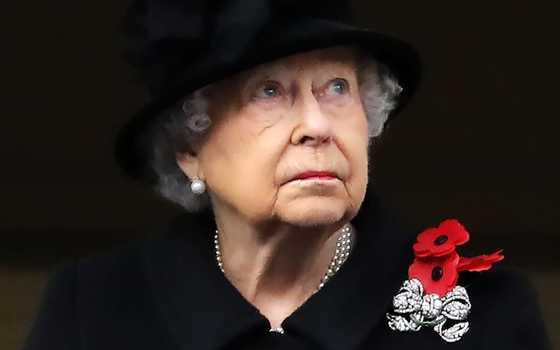 종전기념일 추도행사에서 찰스 왕세자가 대신 헌화하도록 한 엘리바베스 2세 영국 여왕. [AFP]