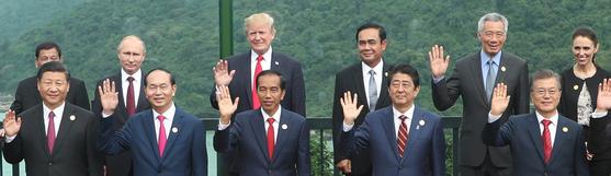 문재인 대통령을 비롯한 APEC 정상회의에 참석한 각국 정상들이 11일 오전(현지시간) 베트남 다낭 인터컨티넨탈 호텔에서 열린 APEC 정상회의에서 기념촬영을 하고 있다. 앞줄 오른쪽부터 문재인 대통령, 일본 아베 신조 총리, 인도네시아 조코 위도도 대통령, 베트남 쩐 다이 꽝 국가주석, 중국 시진핑 국가주석. 뒷줄 오른쪽부터 뉴질랜드 재신더 아던 총리, 싱가포르 리센룽 총리, 태국 쁘라윳 짠오차 총리, 미국 도널드 트럼프 대통령, 러시아 블라디미르 푸틴 대통령, 필리핀 로드리고 두테르테 대통령. [연합뉴스]