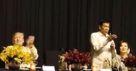 12일(현지시간) 아세안 정상회담에 참석한 트럼프 미국 대통령과 두테르테 필리핀 대통령. [사진 Karen Jimeno 트위터)