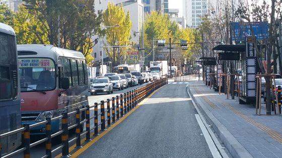14일 개통되는 동래 내성교차로~동래교차로 구간의 중앙버스전용차로.[사진 부산시]