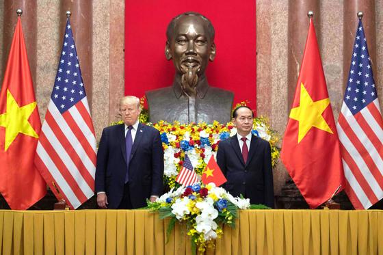 12일 베트남 하노이에서 열린 미국·베트남 기업 간 서명식에 참석한 도널드 트럼프 미국 대통령(왼쪽)과 쩐다이꽝 베트남 국가주석. [AFP=연합뉴스]