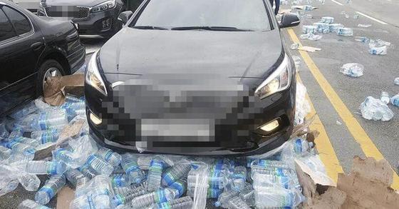 도로에 2ℓ 짜리 생수 페트병 수백개가 도로에 쏟아졌다. [연합뉴스]