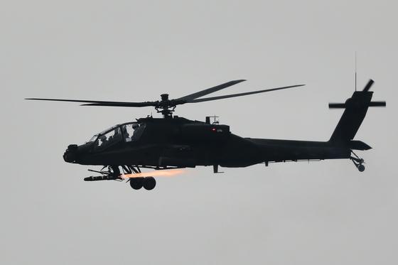 13일 육군 아파치 헬기가 직도 사격장에서 헬파이어 미사일을 발사하고 있다. [사진 육군]