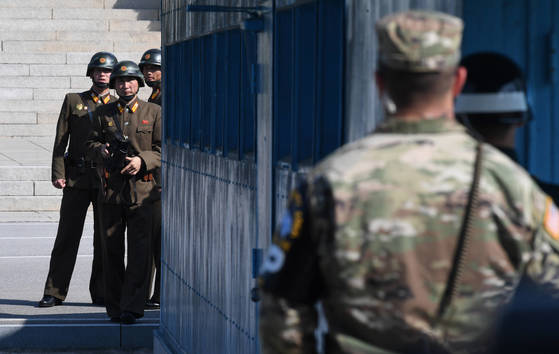 한미 국방장관이 경기도 파주 판문점 공동경비구역(JSA)에서 대북 메시지를 발표한 10월 27일 오후 북한 병사들이 남측을 바라보고 있다. [사진공동취재단]