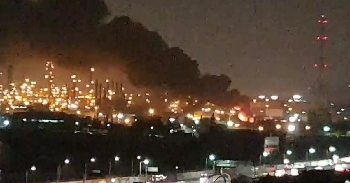 13일 오후 9시 30분께 인천시 서구 원창동 SK인천석유화학 내 폐수처리장에 낙뢰가 떨어져 불이 났다. 이 불로 인명피해는 없다고 소방 당국은 밝혔다. [독자 제공=연합뉴스]