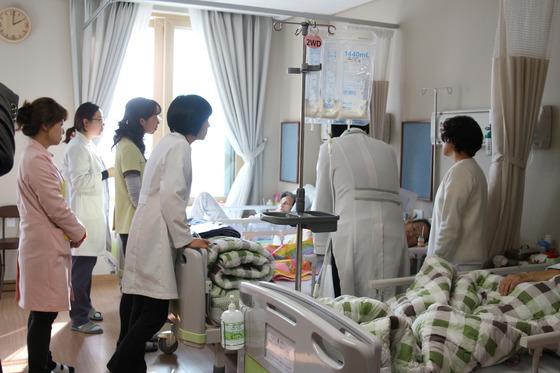 아침마다 요양병원장이 간호사, 간병인, 영양사, 사회복지사와 함께 입원환자를 살펴보면서 필요한 내용을 조치한다. [사진 대정요양병원]
