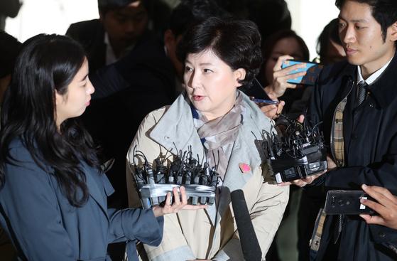 가수 고(故) 김광석씨의 부인 서해순씨가 지난달 12일 오후 서울경찰청 앞에서 기자들의 질문을 받고 있다. 최승식 기자