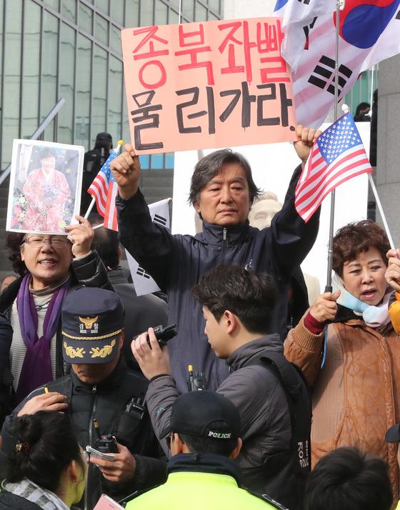 전달식이 진행되는 장소 앞에서 진보단체 회원들이 동상 건립을 반대하는 시위를 하자 보수단체 회원들이 항의 시위를 하고 있다. 김춘식 기자