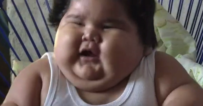 멕시코에 사는 루이스 마누엘은 태어난지 10개월 만에 몸무게가 28kg에 육박했다. 의사들은 프래더윌리증후군을 의심하고 있다. [BBC 화면 캡처]