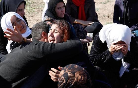 13일 이란 북서부 케르먄사주에서 가족을 잃은 시민들이 울부짖고 있다. [EPA=연합뉴스]