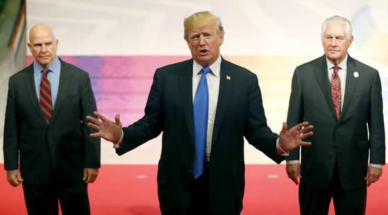 14일 도널드 트럼프 미국 대통령(가운데)이 필리핀에서 12일간 진행된 아시아 순방에 대해 설명하고 있다. [AP=연합뉴스]
