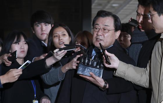 박근혜 전 대통령에게 40억원 가량의 특수활동비를 상납했다는 의혹으로 이병기 전 국정원장이 지난 13일 서울 서초동 중앙지검으로 출두했다. 임현동 기자