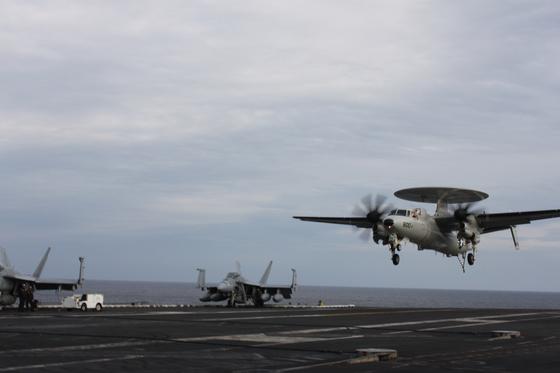13일 미국 핵 추진 항공모함인 로널드 레이건함 갑판에서 이륙중인 비행기 동해=국방부 공동취재단