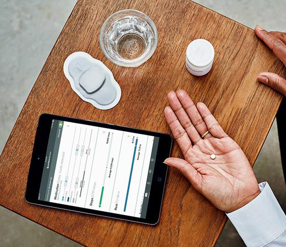 디지털 알약을 개발하는 업체 프로테우스의 알약 제품과 이를 관리하는 태블릿PC용 애플리케이션. [프로테우스]